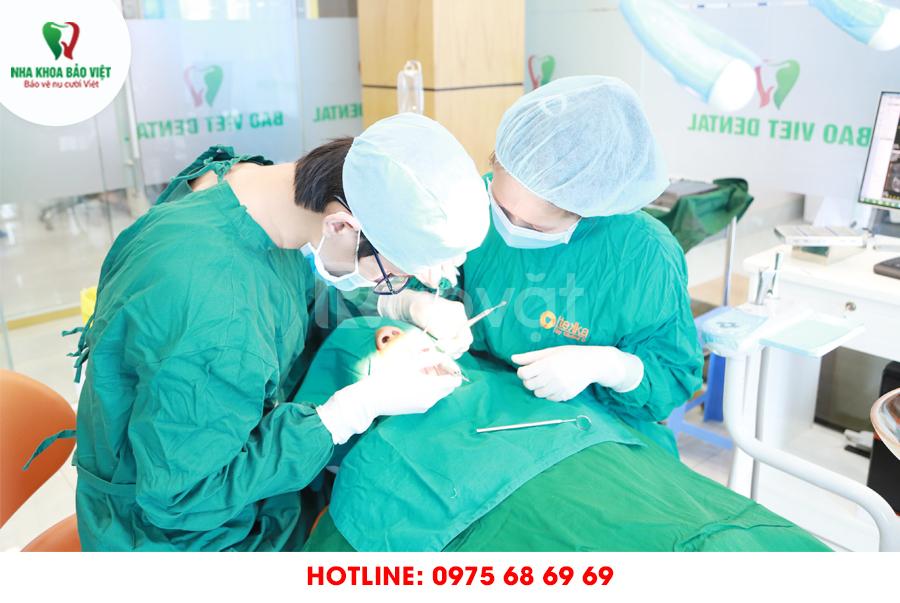 Bị mất răng nên trồng răng sứ hay cấy ghép implant?