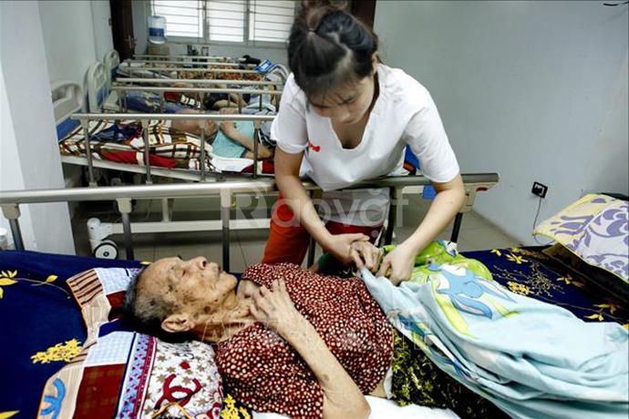 Chăm sóc người già sau tai biến nằm liệt