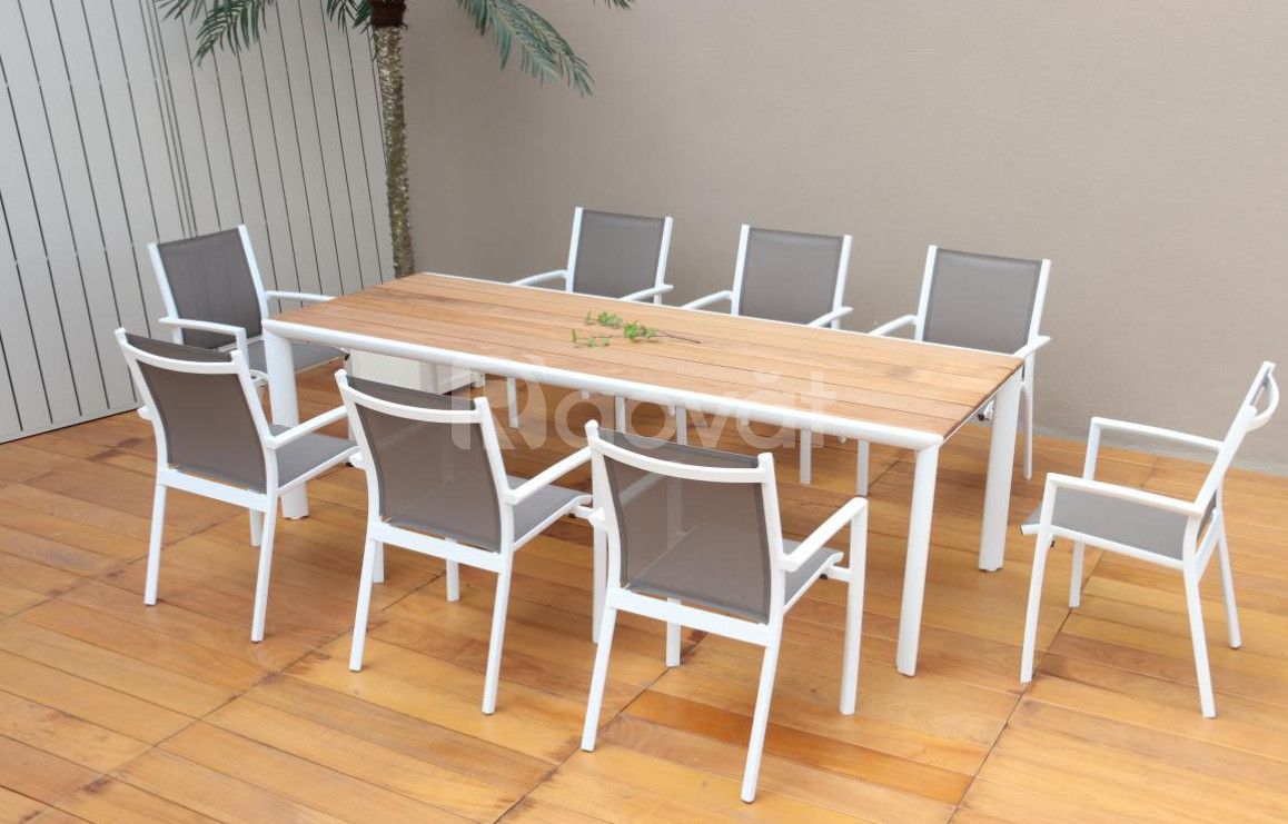 Bàn ghế kết hợp cân bằng giữa gỗ Teak và nhôm