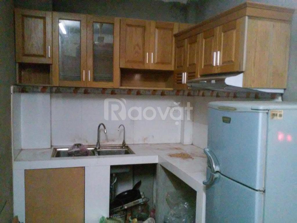 Thợ mộc sửa tủ bếp mối mọt, thay bản lề ray ngay kéo