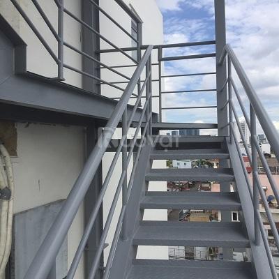 Thi công cầu thang sắt lên sân thượng nhà phố