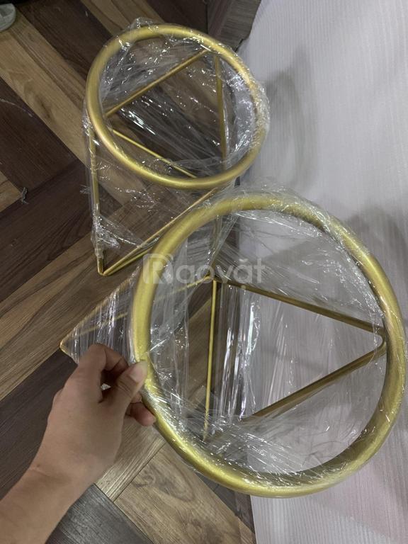 Đôn sắt chân tam giác, mặt tròn để chậu cây kiểu dáng hiện đại