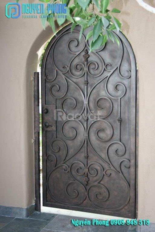 Cửa đi, cửa ra vào bằng sắt uốn hoa văn hay sắt cnc, thiết kế đẹp 2021