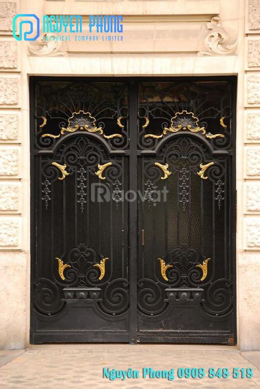 Mẫu cửa sắt uốn nghệ thuật, cổ điển mới