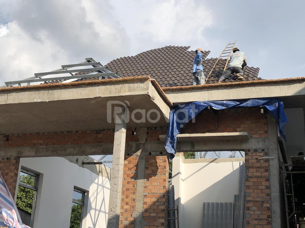 Lợp mái tôn hay mái ngói cho nhà biệt thự