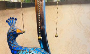 Đèn bàn Tiffany chim công