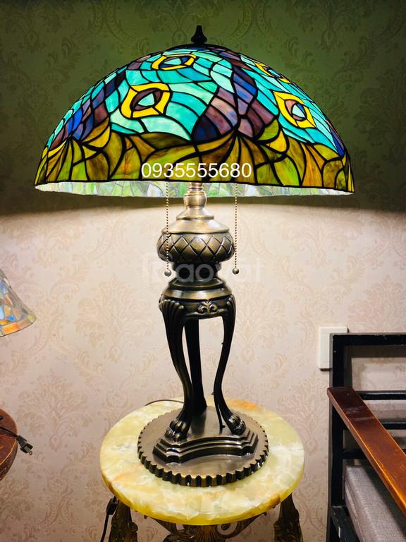 Đèn bàn tiffany hoạ tiết công chân đồng