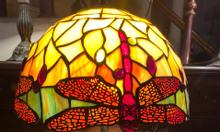 Đèn bàn ngủ tiffany họa tiết chuồn đỏ chân hợp kim