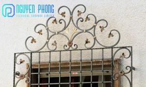 Khung cửa sổ với những mẫu hoa sắt mỹ thuật sang trọng, tinh tế